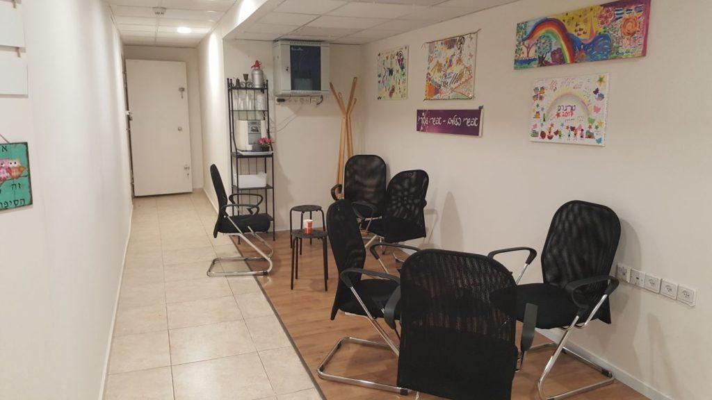 חדר המתנה סמוך לחדרי טיפולים להשכרה
